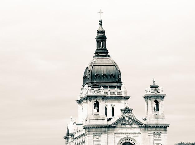 Top van een oude christelijke kerk met verbazingwekkende architectuur en witte lucht