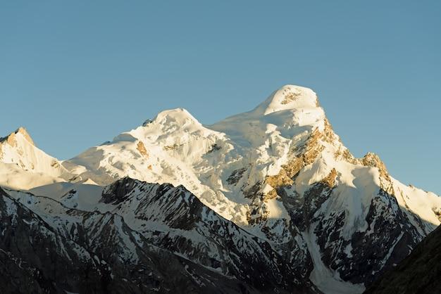 Top van het himalaya-gebergte, bedekt met sneeuw. ladakh-india. retro stijl