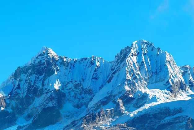 Top van hoge bergen, vallende sneeuw