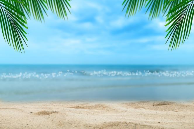 Top van houten tafel met wazig zee en palmboom achtergrond