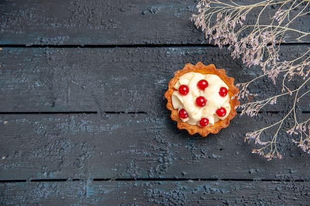 Top verre uitzicht taart met granaatappel op donkere houten tafel