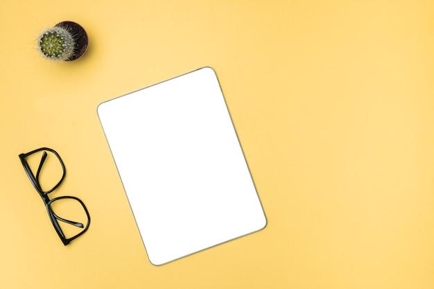Top vie mockup-tablet met gele achtergrond