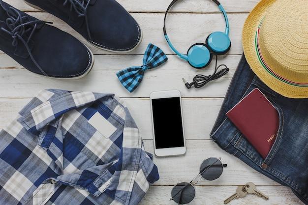 Top view accessoires om te reizen met man kleding concept. overhemd,