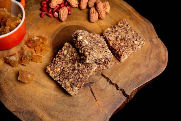 Top view close-up bovenaanzicht van peanut brittle dessert