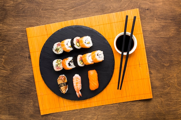 Top weergave sushi plating op bamboe mat