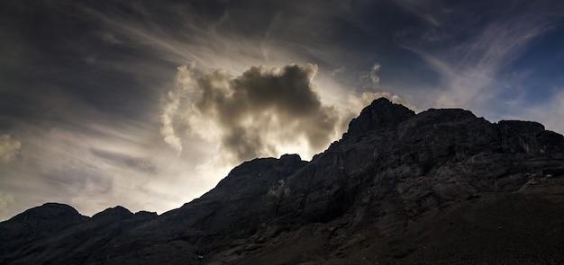 Topberg khibiny in de vorm van een oppervlak van de bewolkte hemel