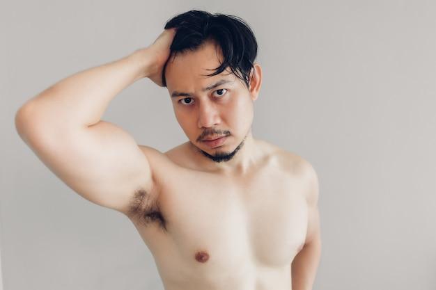 Topless man probeert knap te zijn.