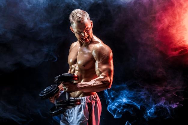 Topless mens die bicepsen met binnen domoren uitoefenen