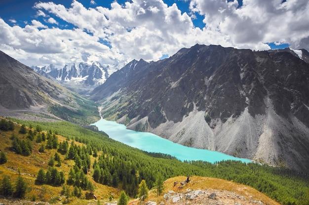 Toppen van besneeuwde bergen van siberië. wandelen zomer
