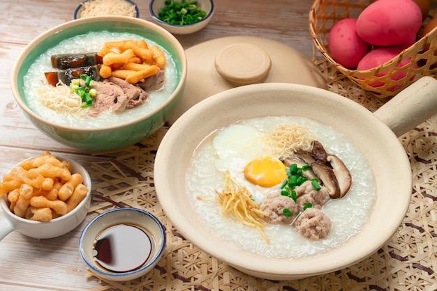 Topping styled rijst pap thais ontbijt serveren met krokant gebakken sticks en bevuilde saus