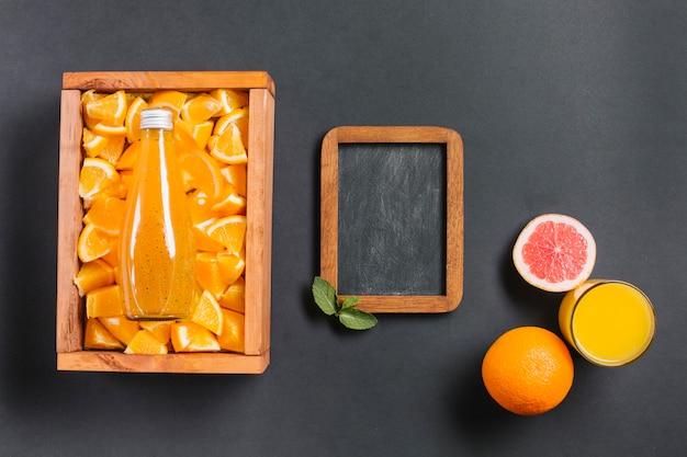 Topview sinaasappelsap met krijtbord
