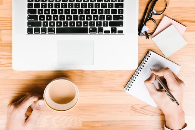 Topviewwerkplaats met laptop en koffie op houten achtergrond