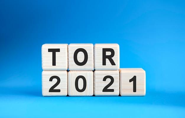Tor 2021 jaar op houten kubussen op een blauwe achtergrond