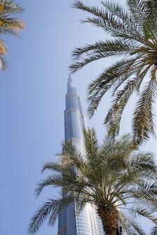 Toren burj khalifa die in blauwe hemel verdwijnt