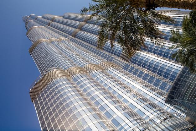 Toren burj khalifa verdwijnt in blauwe hemel in dubai
