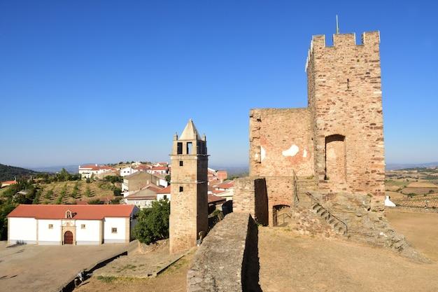 Toren en de misericordia-kerk, mogadouro, tras os montes, portugal