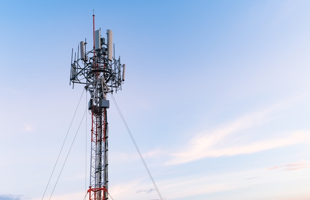 Toren mobiele telefoon op avondlucht
