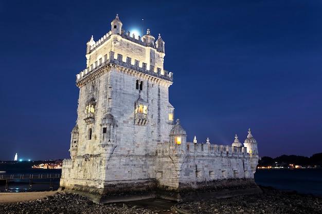 Toren van belem bij nacht. lissabon, portugal.