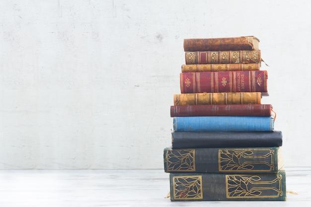 Toren van boeken op wit houten bureaublad