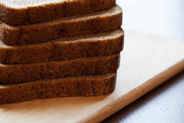 Toren van broodstukken op een lijst