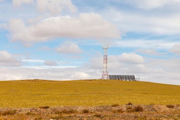 Toren van cellulaire communicatie met zonnepanelen