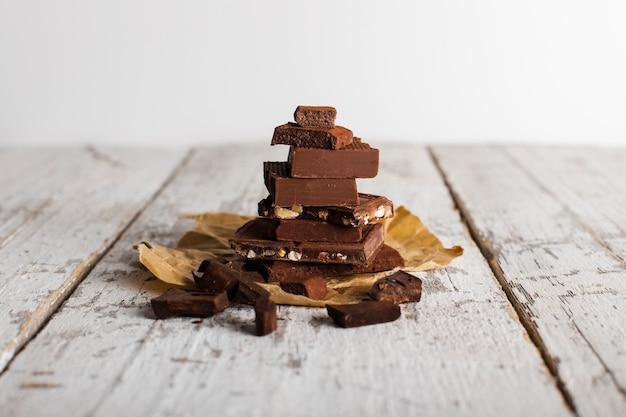 Toren van chocoladesnoepjes op papieren zak