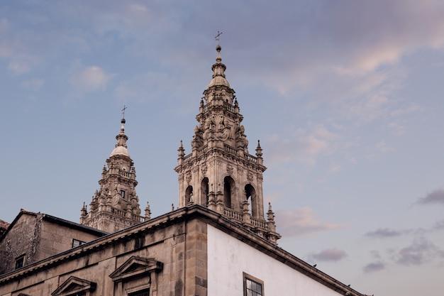 Toren van de kathedraal van santiago de compostela. kopieer ruimte