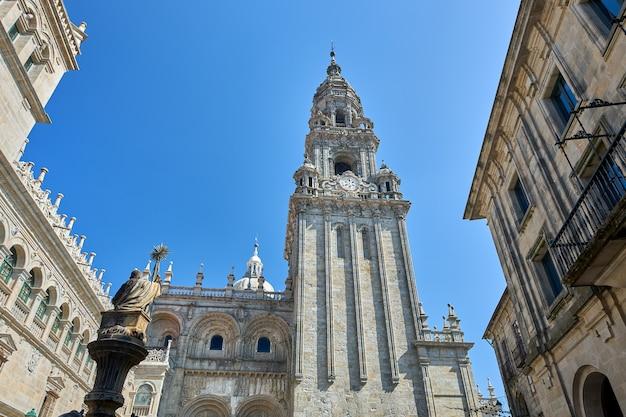 Toren van de zijgevel van de kathedraal van santiago de compostela.