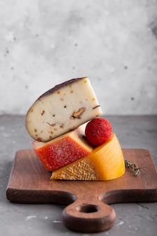 Toren van harde kaas op tafel