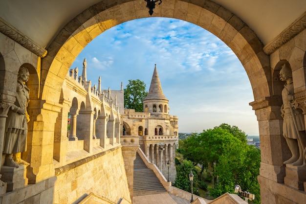 Toren van het bastion van de visser in de stad van boedapest, hongarije