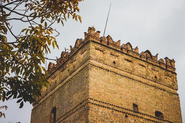 Toren van het oude kasteelkasteel in de stad lutsk, oekraïne