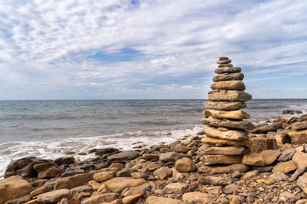Toren van kiezelstenen op het strand