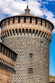 Toren van sforza castle (castello sforzesco), gebouwd in de 15e eeuw door francesco sforza, hertog van milaan