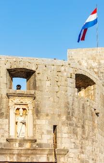Torenclose-up met kanon en nationale vlag, dubrovnik, kroatië