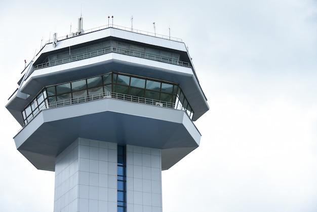 Torengebouw voor controle van vliegtuigen en luchtvaartnavigatie