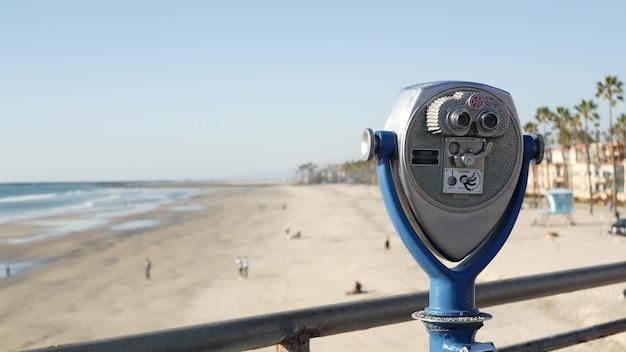 Torenkijker, verrekijker aan de waterkant, kust van californië, vs. telescoop aan het strand, oceaanstrand.