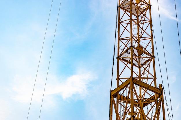 Torenkraan close-up op een achtergrond van blauwe lucht. moderne woningbouw. industriële techniek. bouwen van hypotheken.