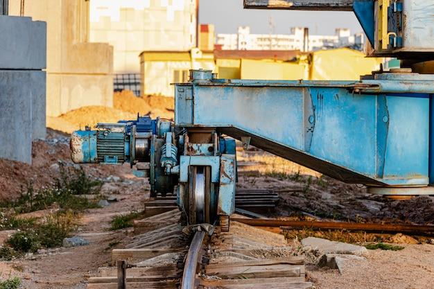 Torenkraan op rails close-up tegen de achtergrond van de bewolkte hemel. moderne woningbouw. industriële techniek. bouwen van hypotheken.