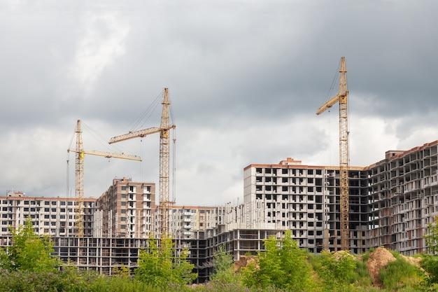 Torenkranen op een bouwplaats