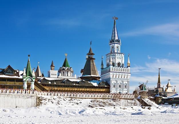 Torens en koepels van het kremlin van izmailovo in moskou
