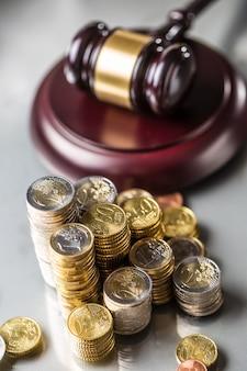 Torens met euromunten en rechtvaardigheidshamer op de achtergrond.