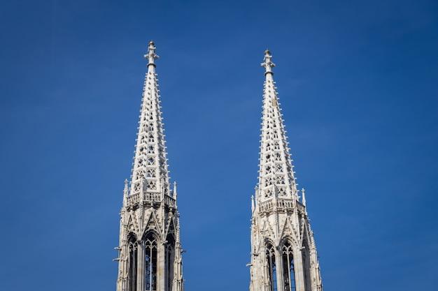 Torens van de beroemde kerk votivkirche en de heldere blauwe hemel in wenen, oostenrijk