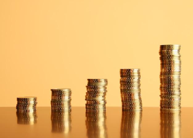 Torens van gouden munten op tafel