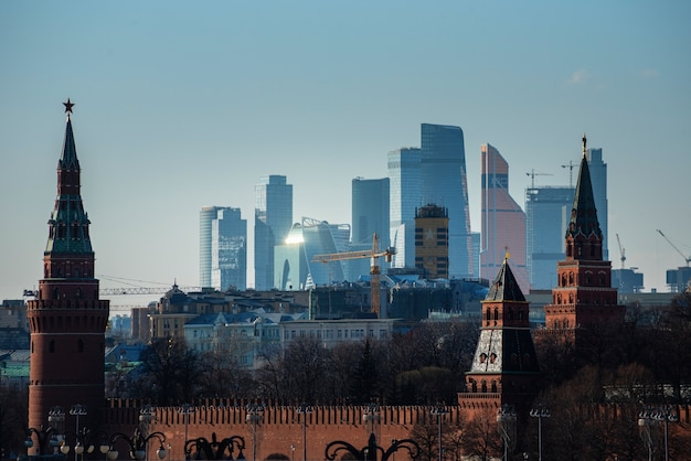 Torens van het kremlin van moskou met international business center