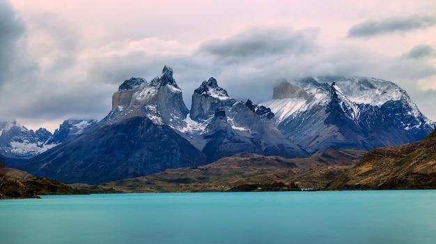 Torens van paine en lake pehoé in het nationale park torres del paine, chili, patagonië
