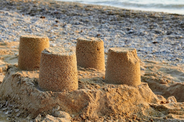 Torens van zandkasteel op het strand