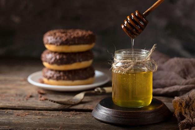 Torensamenstelling met chocoladedoughnuts