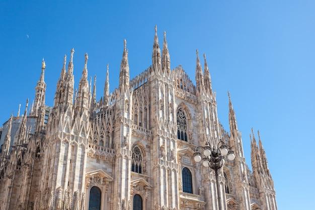 Torenspits van de kathedraal van milaan in italië.