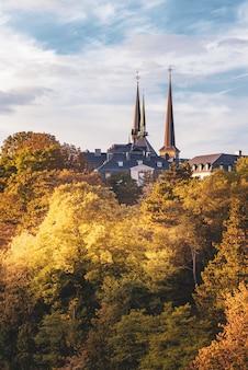 Torenspits van de notre dame-kathedraal in de stad luxemburg