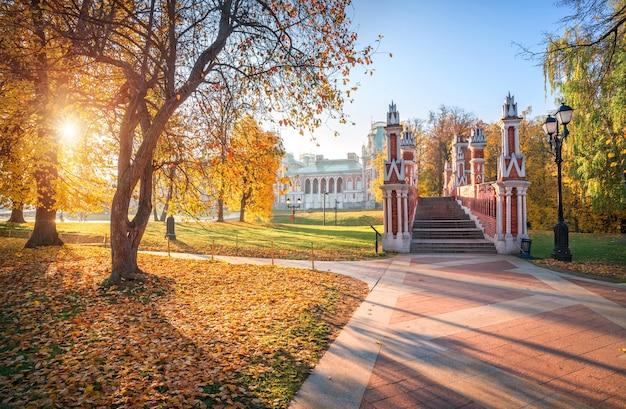 Torentjes van de stenen brug in het tsaritsyno-park in moskou en gouden herfstbomen in de ochtendzon